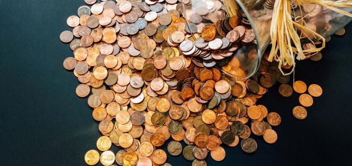 Viele kleine Münzen auf dem Boden