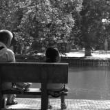 Enkel auf Parkbank